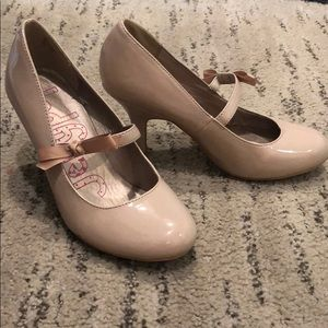 LIKE NEW!! nude pumps with bow stripe, size 7